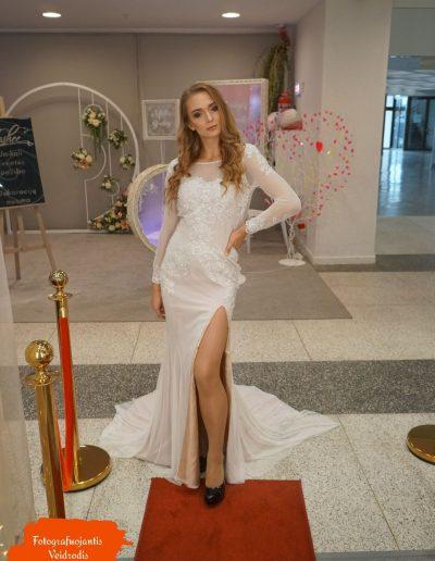 Raudonas kilimas ir vestuvinė suknelė
